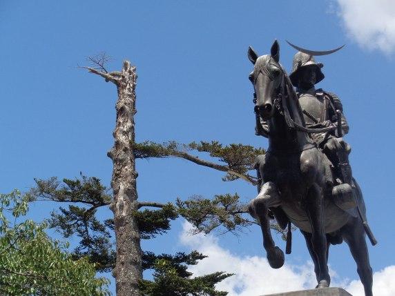 1200px-Sendai_statue_Date_Masamune